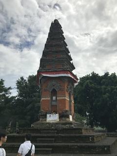 マルガ英雄墓地の慰霊塔