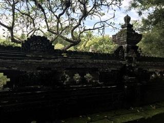 慰霊塔の塀