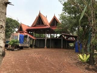お寺の屋根のような建物