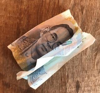 クシャクシャの50バーツ札
