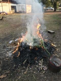 ゴミは庭で焼く
