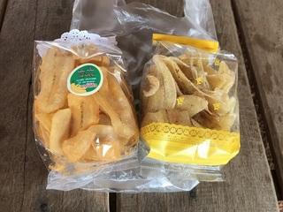 「海苔塩」と「BBQ味」のバナナチップス