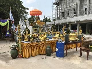 お堂の前の仏像など