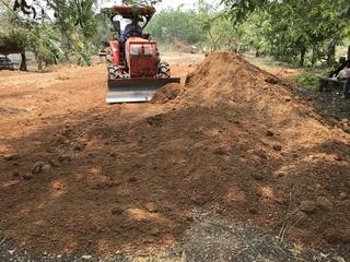 重機で土を均す