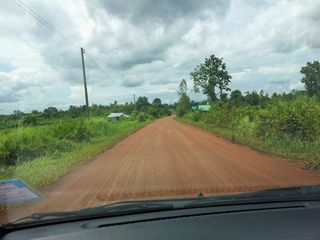 イサン地方の未舗装の道
