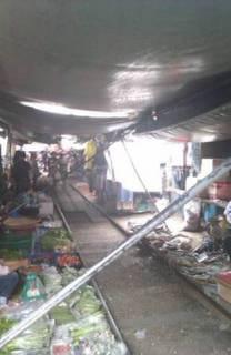 電車の線路内にある市場
